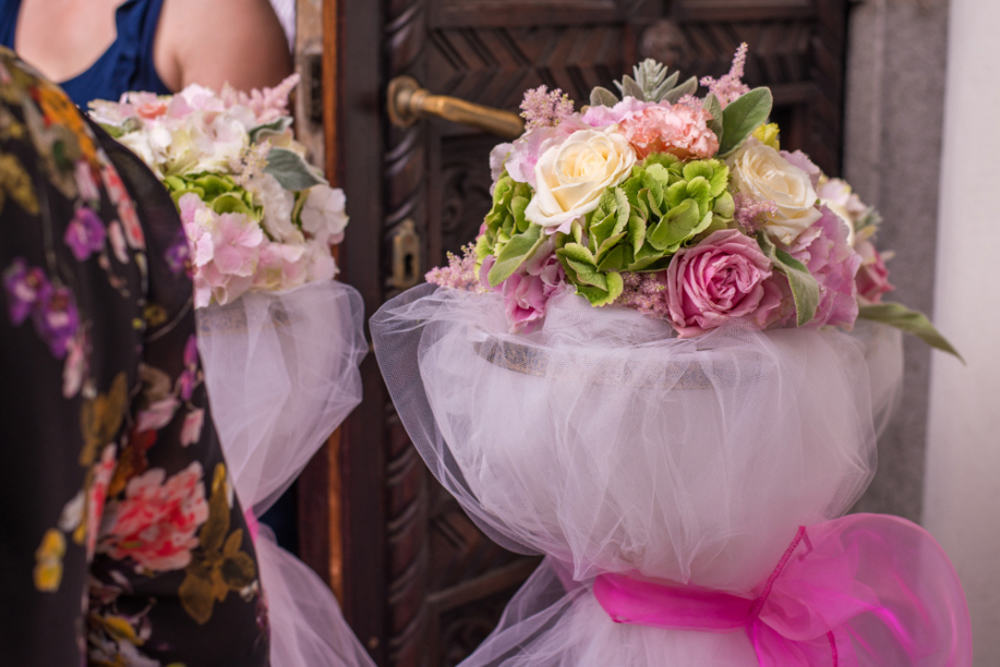 Aranjament floral stalpisori hortensii trandafiri lisianthus astilbe