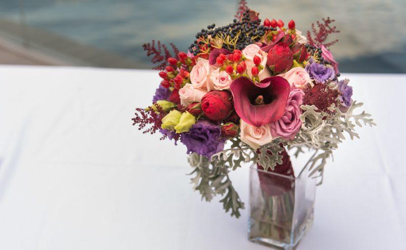 buchet cale rosii piano hypericum rosu trandafiri roz mov lisianthus mov astilbe visiniu viburnum berries
