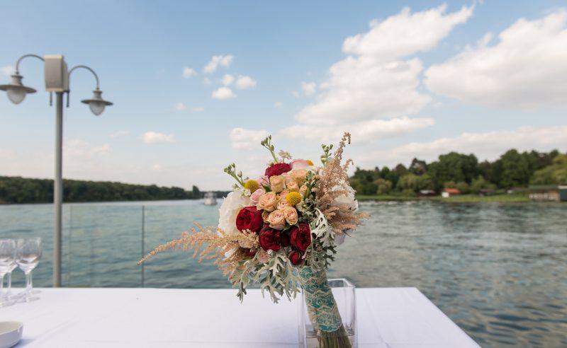 buchet hortensii albe trandafiri roz miniroze somon piano craspedia astilbe