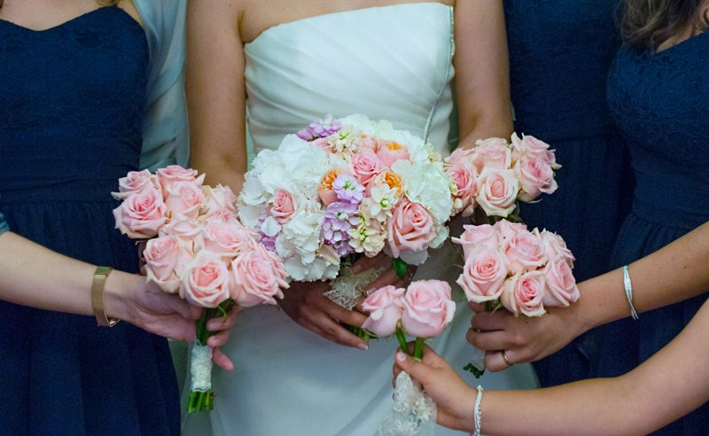 buchet hortensii albe trandafiri roz vuvuzela mathiola somon mov & buchete trandafiri roz
