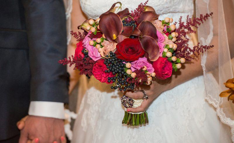 buchet mireasa cale visinii trandafiri roz rosii capucino piano astilbe visiniu viburnum berries hypericum crem