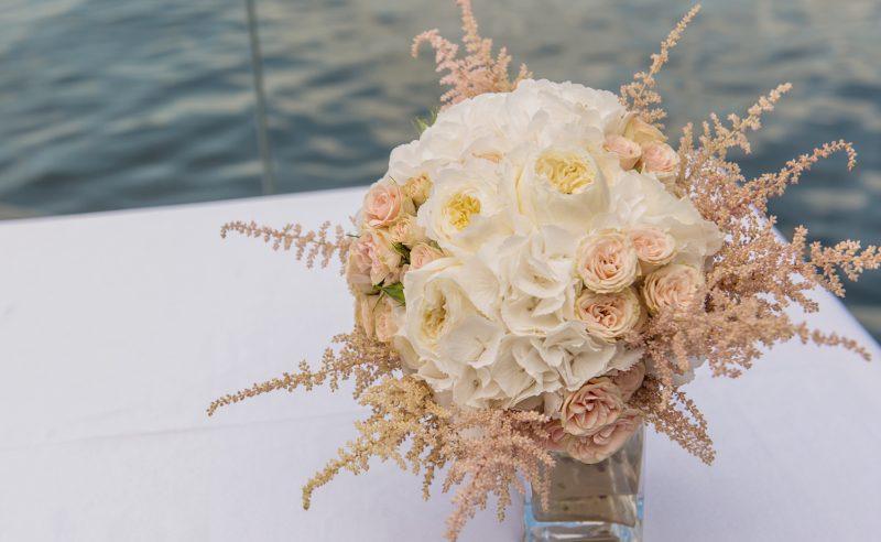 buchet mireasa hortensii albe trandafiri david austin albi miniroze somon astilbe somon