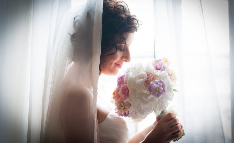 buchet mireasa hortensii albe trandafiri roz vuvuzela mathiola somon mov