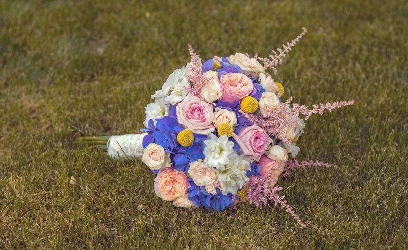 buchet mireasa hortensii mov trandafiri roz miniroze somon delphinium alb astilbe roz