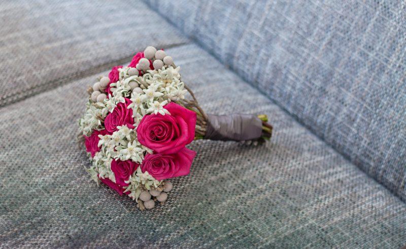 buchet trandafiri fucsia floare de colt, brunia
