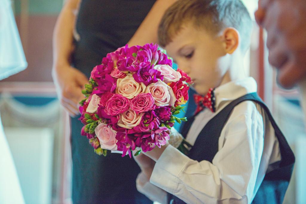 buchet trandafiri roz miniroze frezii fucsia