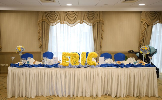 Aranjament floral prezidiu botez tematic Minions
