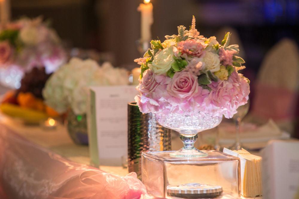 Aranjament floral prezidiu hortensii trandafiri lisianthus astilbe