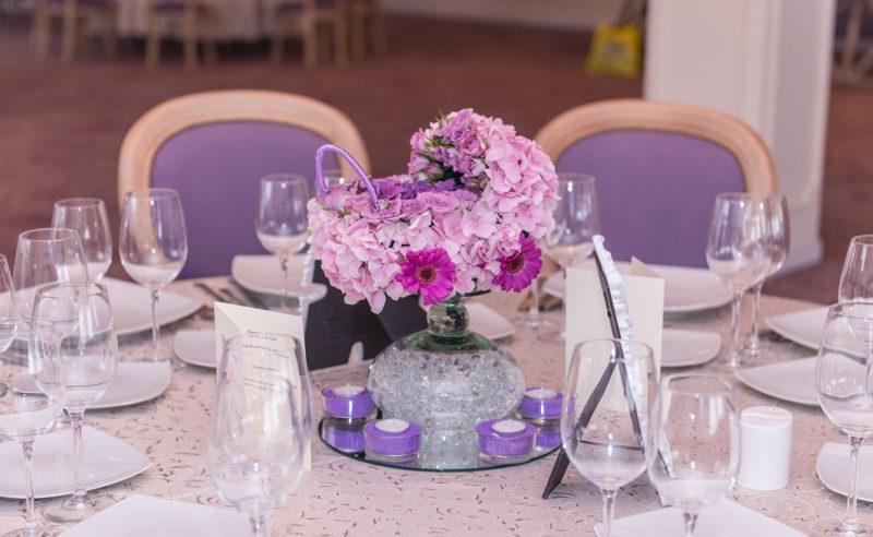 aranjament carucior floral hortensii roz miniroze minigerbera mov