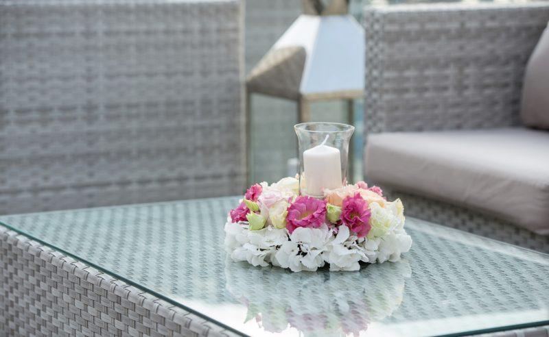 aranjament coronita hortensii albe trandafiri roz somon lisianthus alb roz