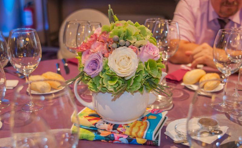 aranjament-floral-botez-ceainic-hortensii-verzi-trandafiri-albi-roz-mov-miniroze-lisianthus