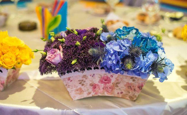 aranjament-floral-botez-hortensii-albastre-trandafiri-mov