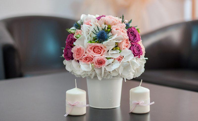 aranjament-floral-botez-hortensii-albe-trandafiri-roz-miniroze-hypericum