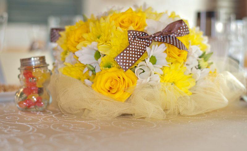 aranjament-floral-botez-trandafiri-galbeni-crizanteme-albe-galbene-lisianthus-alb