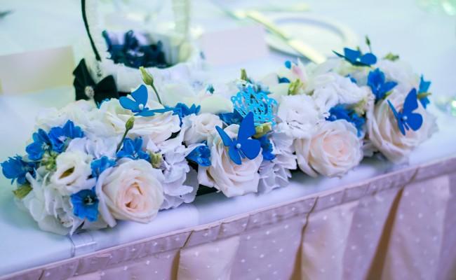 aranjament floral prezidiu hortensii albe trandafiri orhidee albe delphinium albastru