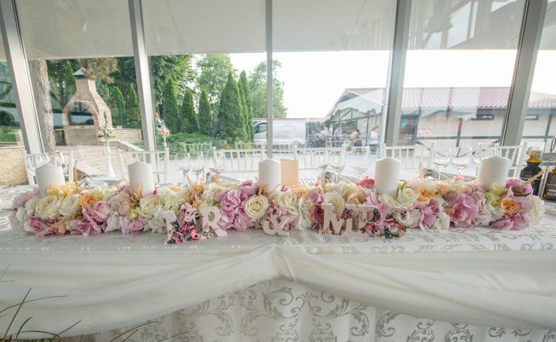 aranjament floral prezidiu hortensii roz albe trandafiri albi somon lisianthus roz somon astilbe