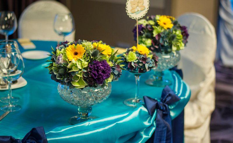 aranjament floral prezidiu hortensii verzi albastre lisianthus mov minigerbera galbene