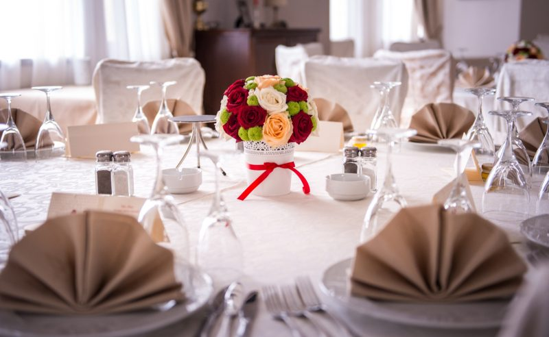aranjament floral trandafiri albi rosii somon miniroze albe santini