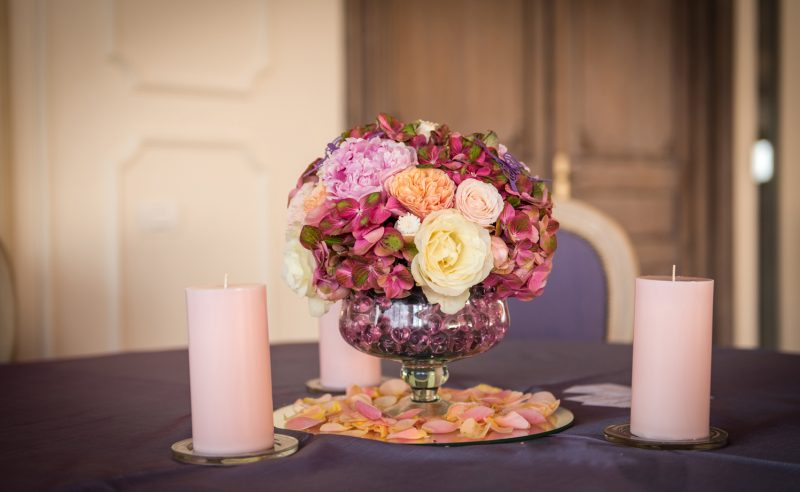 aranjament hortensii rosii bujori vuvuzela trandafiri albi roz