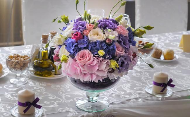 aranjament hortensii roz mov trandafiri roz albi lisianthus alb mov miniroze roz piano
