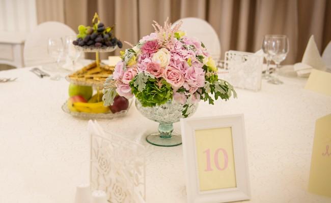 aranjament hortensii verzi roz trandafiri albi roz lisianthus roz astilbe
