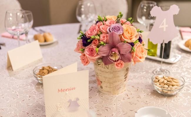 aranjament floral botez orhidee grena trandafiri roz somon miniroze roz lisianthus mov somon