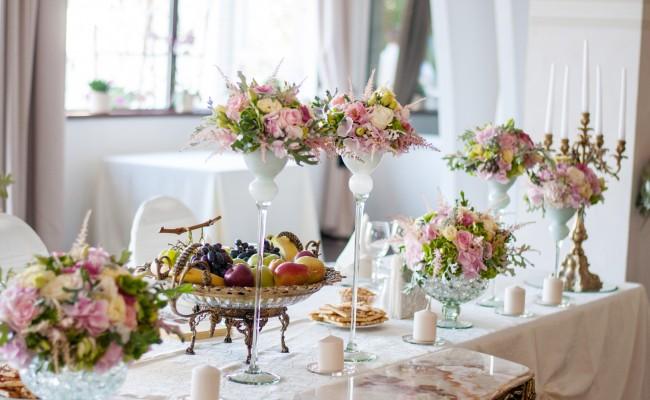 aranjament prezidiu hortensii roz verzi trandafiri roz lisianthus gold roz