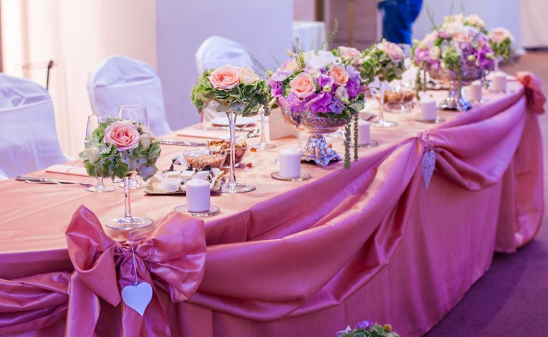 aranjament prezidiu hortensii roz verzi trandafiri somon lisianthus alb