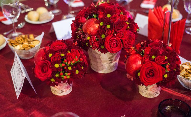 aranjament-rosu-trandafiri-miniroze-crizanteme-hypericum