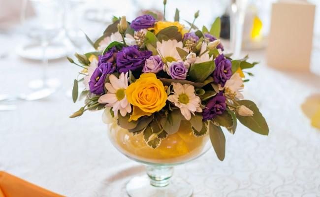 aranjament trandafiri galbeni lisianthus mov crizanteme albe