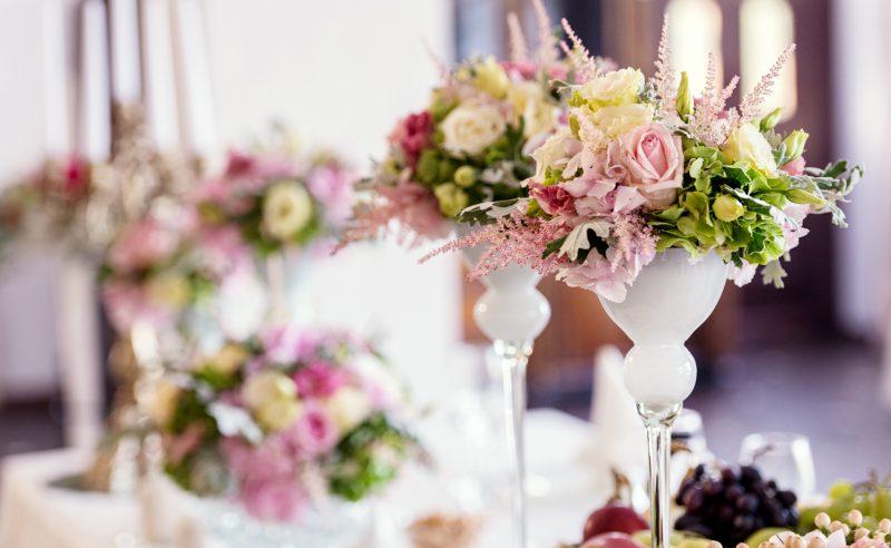 detaliu aranjament floral prezidiu hortensii roz verzi trandafiri albi roz lisianthus roz astilbe