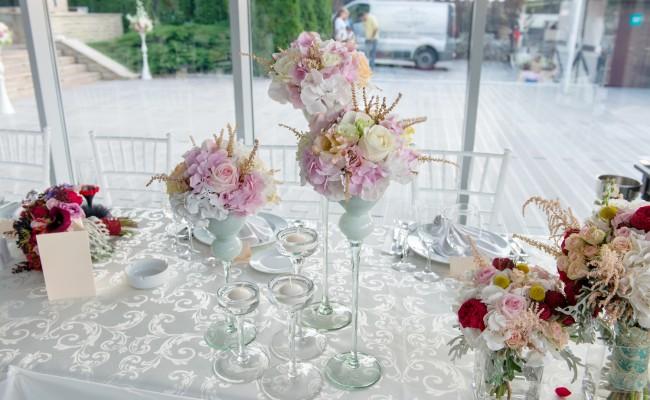 detaliu prezidiu hortensii roz albe trandafiri albi somon lisianthus roz somon astilbe