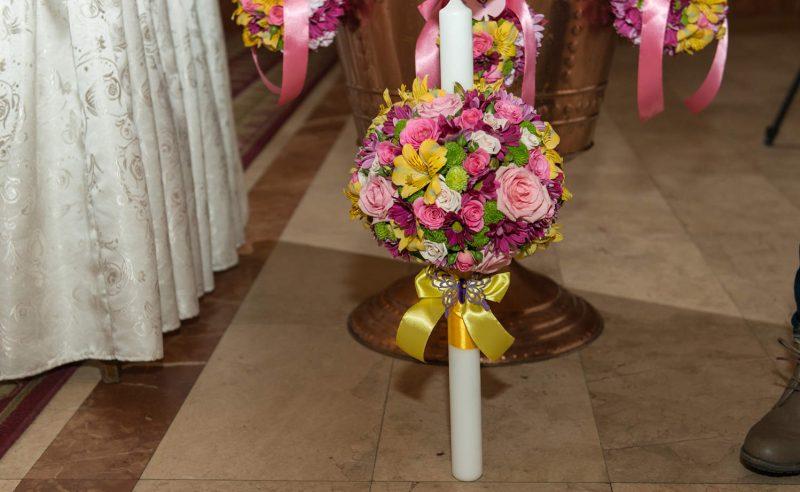lumanare botez trandafiri miniroze roz crizanteme mov alstroemeria galbena santini