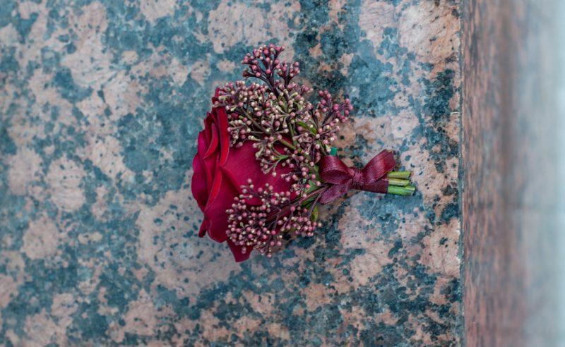 cocarda trandafir rosu skimmia