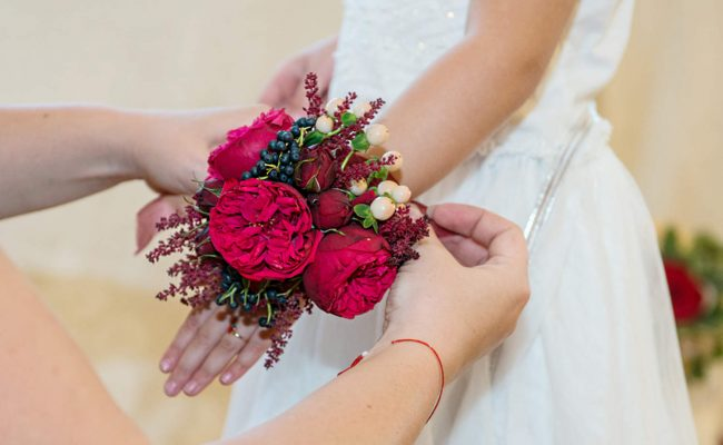 corsaj piano viburnum berrie astilbe miniroze rosii hypericum crem
