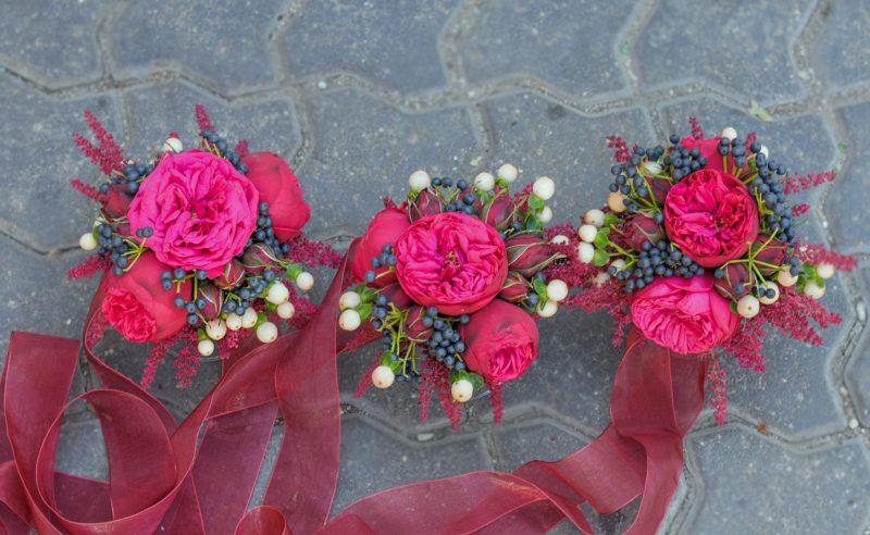 corsaje piano miniroze rosii astilbe visiniu viburnum berries