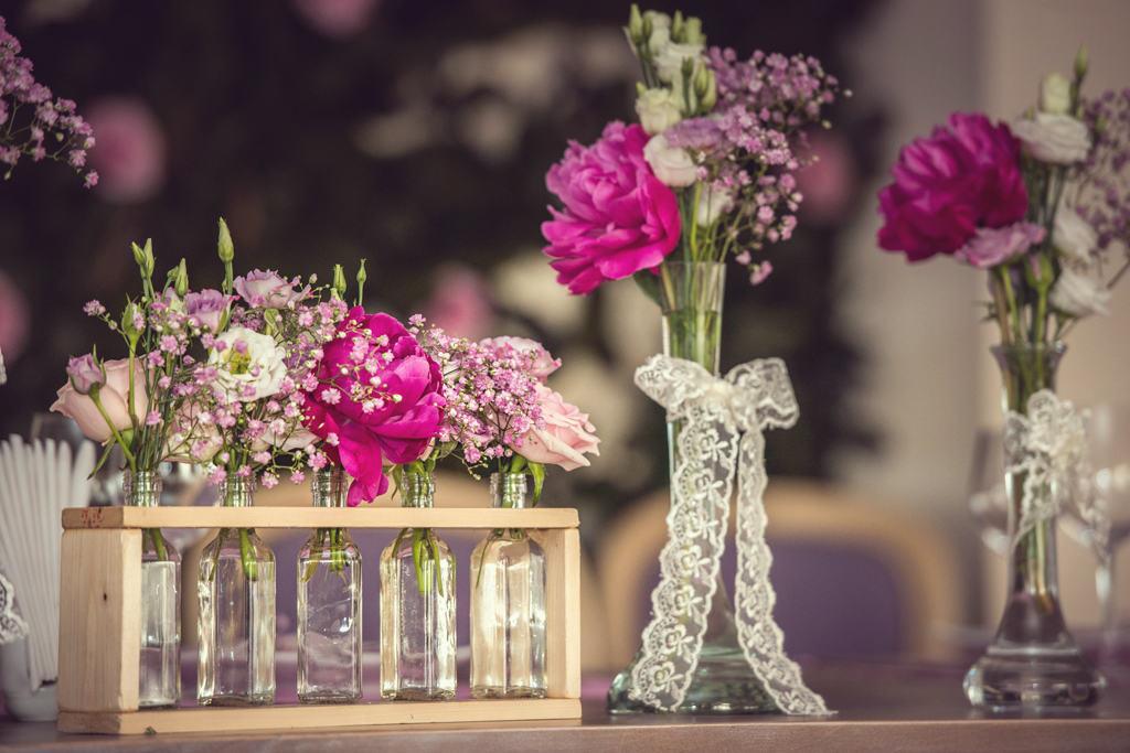 detaliu aranjament floral prezidiu bujori